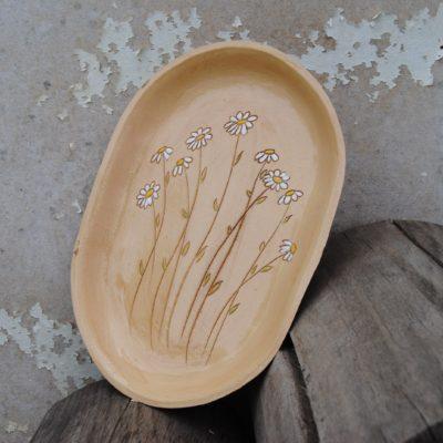 Modelovaný talíř s kopretinami - louka